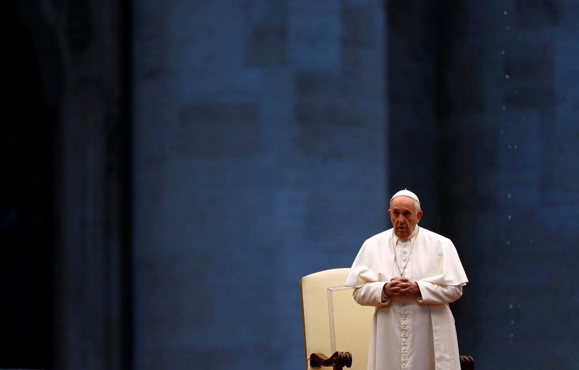 Coronavirus, Papa Francesco in preghiera a San Pietro