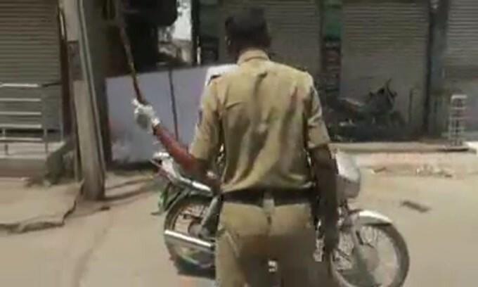 Coronavirus, polizia in India bastona chi è fuori casa