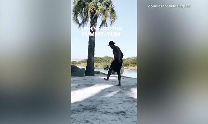 Douglas Costa in spiaggia con il pallone: che voglia di giocare!