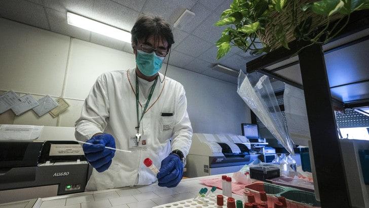 Coronavirus in Italia: contagi in aumento e decessi in calo