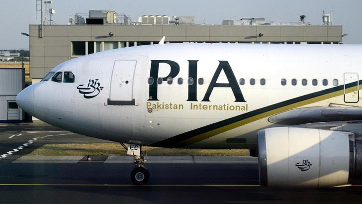 Pakistan, schianto aereo in zona abitata: a bordo oltre 100 persone