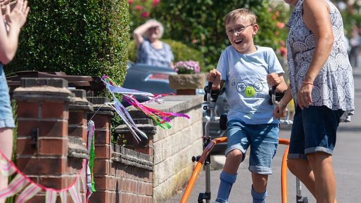 Un bambino di 9 anni con paralisi cerebrale completa la maratona, il messaggio del Capitano Tom