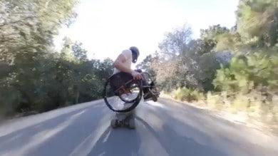 Scorrazza in skate sulla carrozzina: ecco l'incredibile video