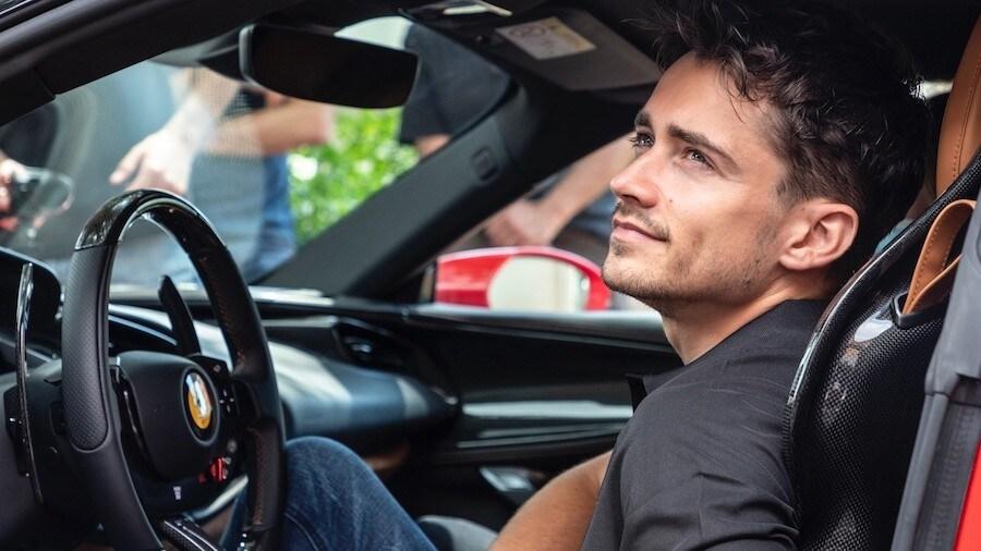 """Leclerc in """"Le grand rendez-vous"""" sulla Ferrari SF90 Stradale FOTO"""