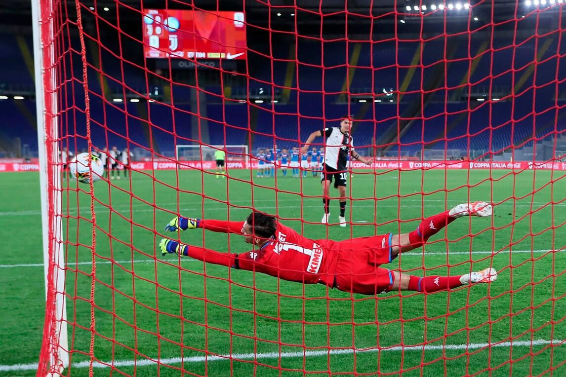 Juve ko, il Napoli trionfa in Coppa Italia: errori di Dybala e Danilo ai rigori