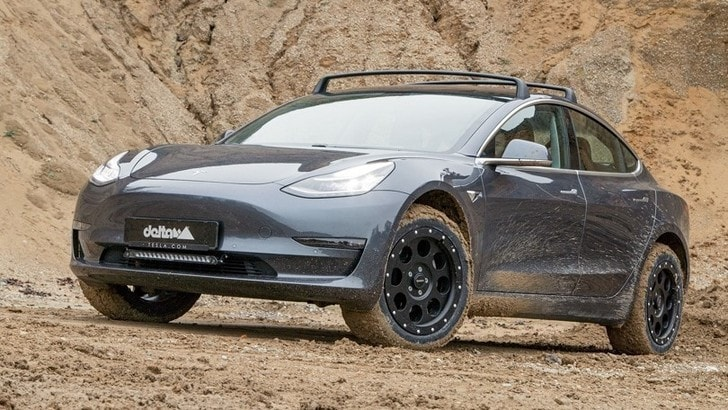 Tesla Model 3 diventa si sporca di fango con l'off road delta4x4