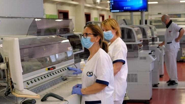 Coronavirus, calano i tamponi e i decessi ma c'è un lieve aumento dei casi