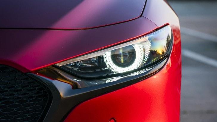 A me gli occhi: i sofisticati fari della Mazda3