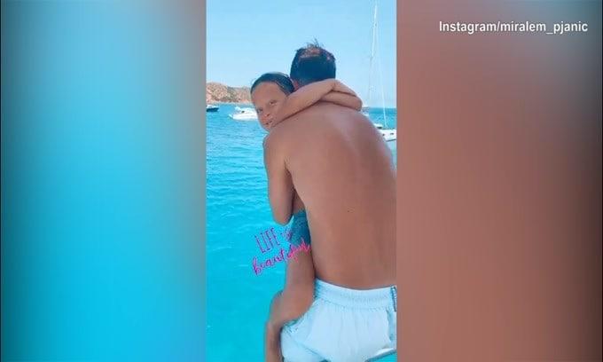 Pjanic e il figlio, tuffo dalla barca insieme!