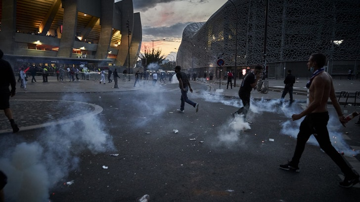 Psg ko con il Bayern, scontri nella notte a Parigi: 148 arresti