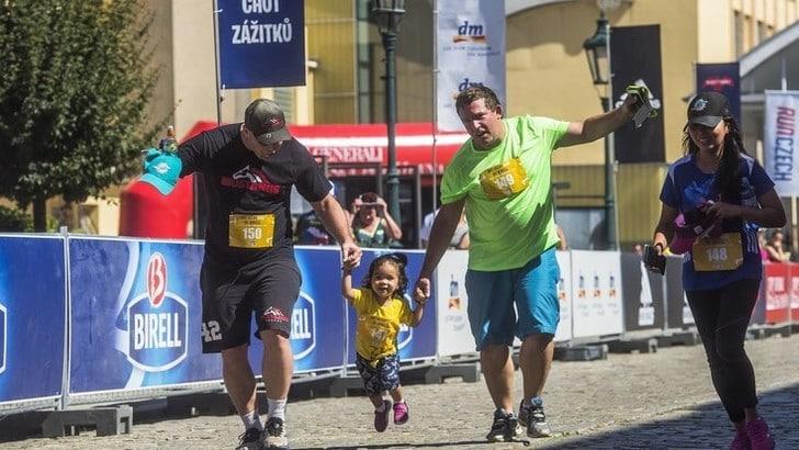 Le regole base per correre o camminare con i bambini
