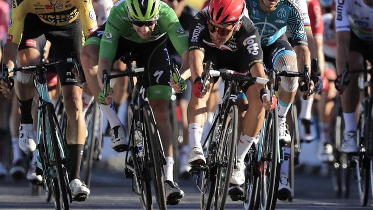 Tour de France, Ewan vince davanti a Bennett. Sagan penalizzato