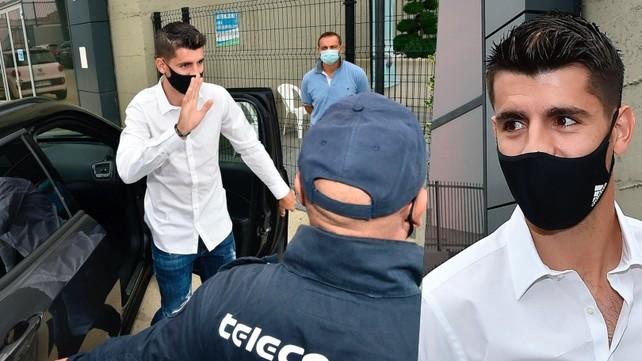 Juve, Morata arriva al J Medical: saluto ai tifosi e via alle visite