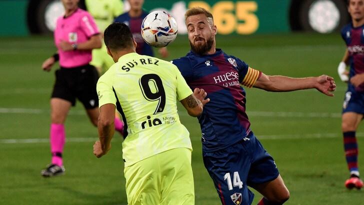 Liga, Suarez e l'Atletico Madrid fermati dall'Huesca. Il Real batte il Valladolid