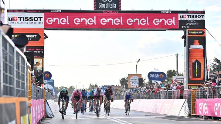 Giro d'Italia, Ulissi vince in volata la 13ª tappa. Almeida resta in rosa