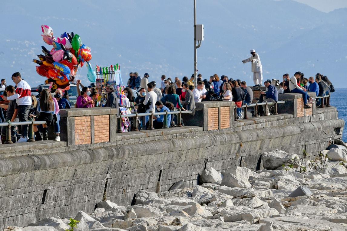 Napoli, altro che chiusure: il lungomare è pieno di gente