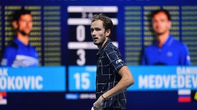 Atp Finals, impresa Medvedev: batte Djokovic e vola in semifinale