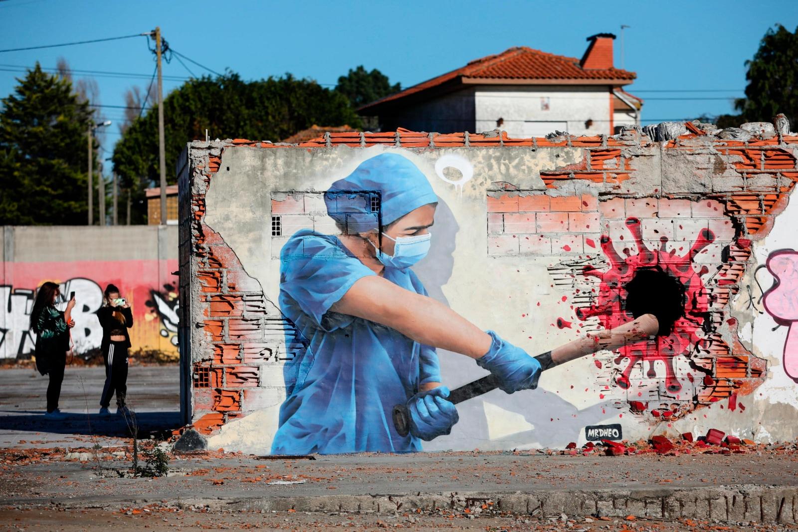 Coronavirus, ecco il murales che lo uccide!