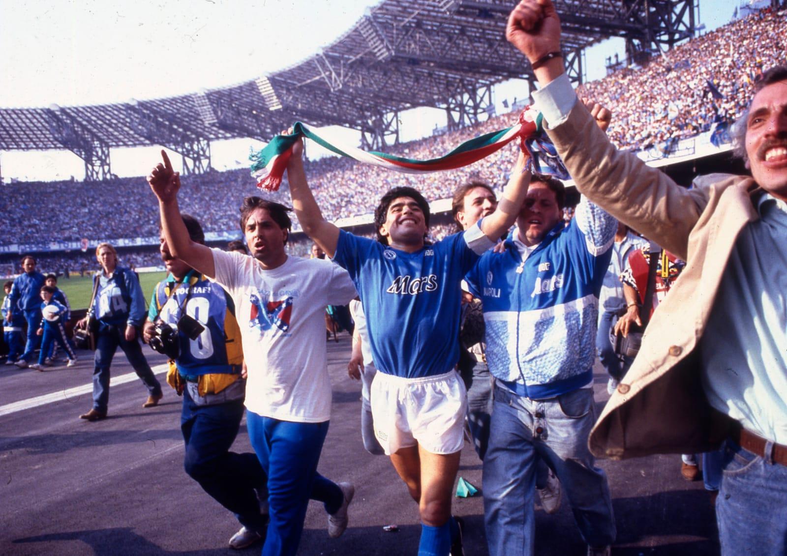 Maradona, le foto più belle del mito del calcio