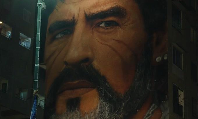 Maradona, l'omaggio di Napoli davanti al murales