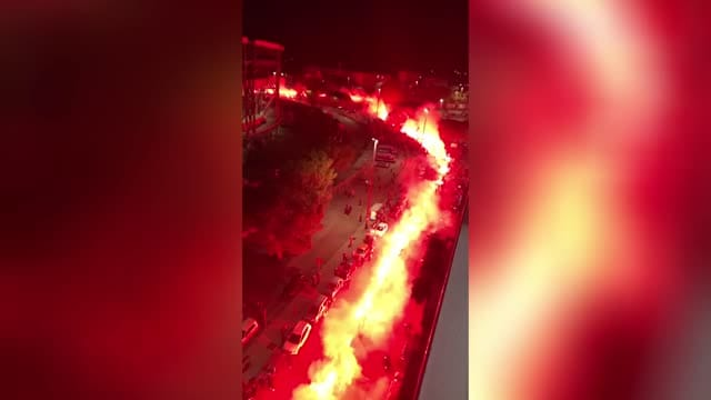 Napoli, spettacolare corteo con fumogeni per Maradona