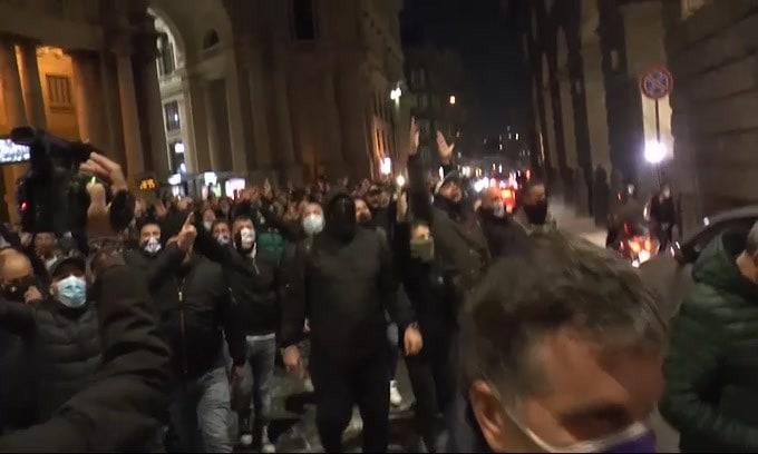 Diego Maradona, corteo dei tifosi in Piazza Plebiscito