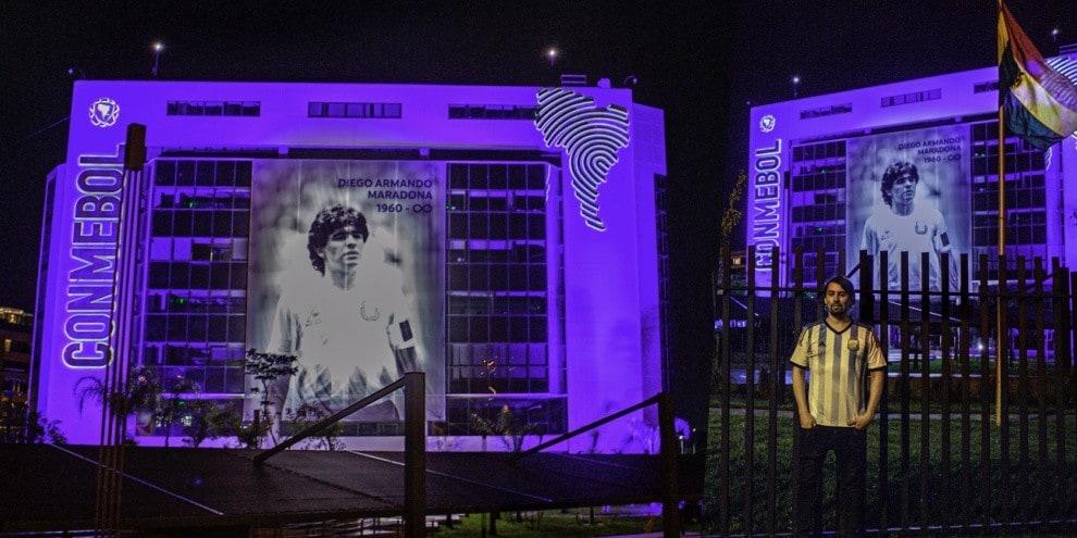 Maradona, il ricordo della Conmebol: foto e palazzo illuminato