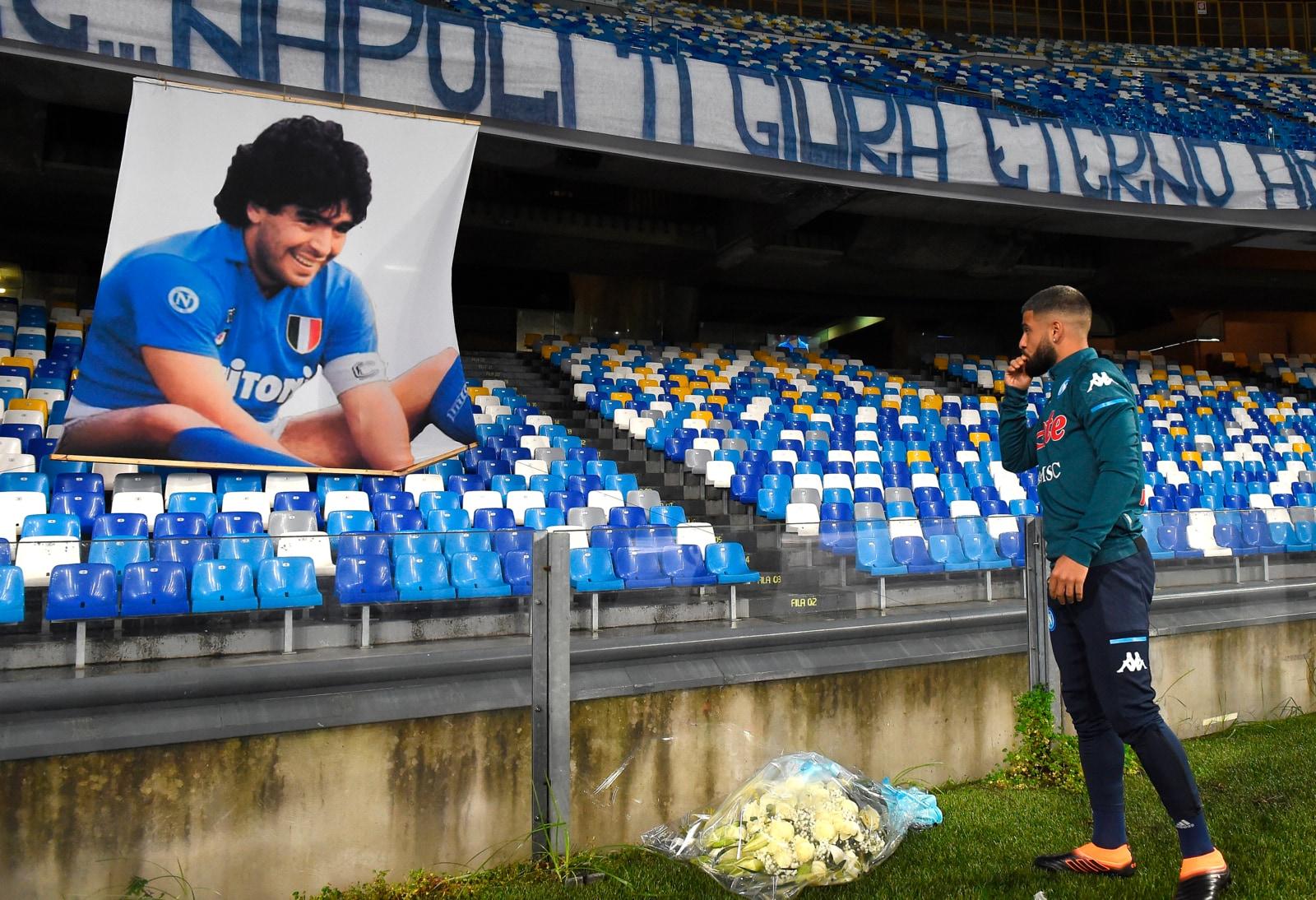 Maradona, i fiori di Insigne e lo striscione lunghissimo: l'omaggio del Napoli