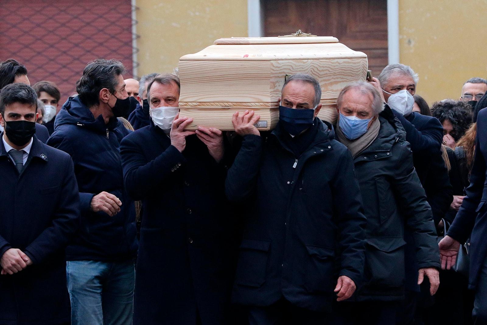 Funerali Paolo Rossi, feretro portato a spalla dai compagni dell'82