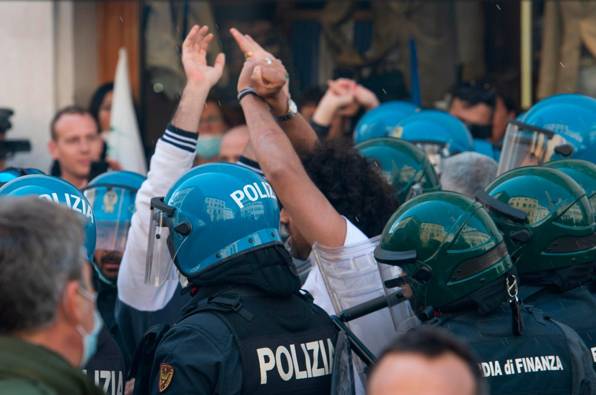 Manifestazione #Ioapro, cariche della polizia e scontri a Roma