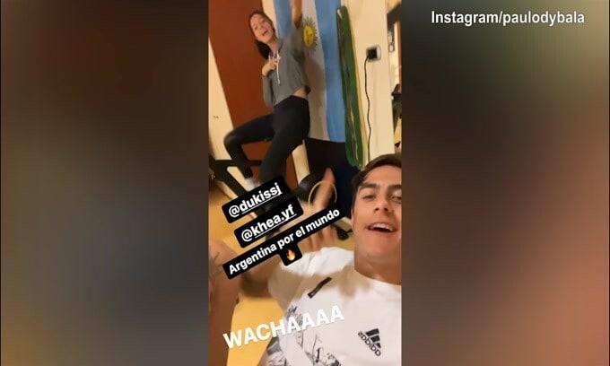Juve, Dybala canta e Oriana...canta!
