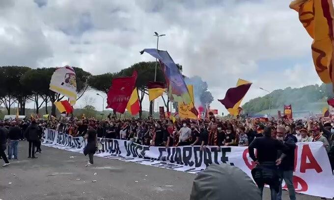 Manchester United-Roma, a Trigoria i tifosi caricano i giallorossi