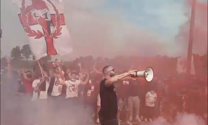 Milan, i tifosi caricano la squadra