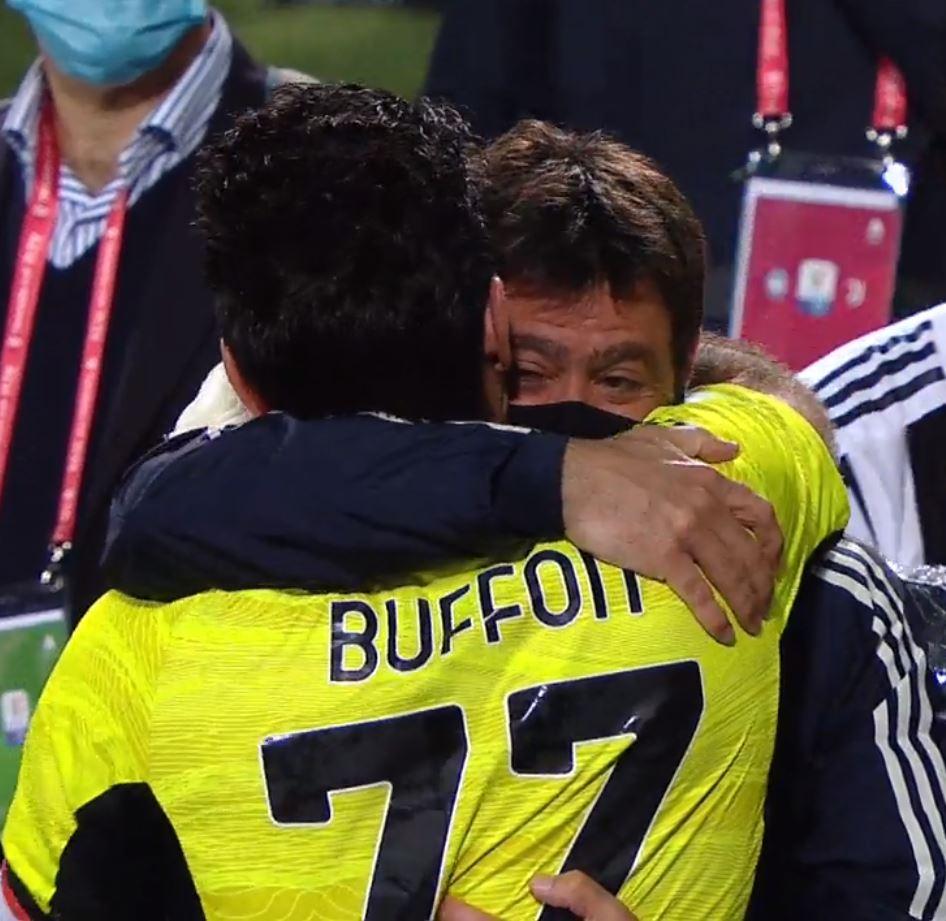 Buffon e Agnelli, abbraccio commovente tra il portiere e il presidente