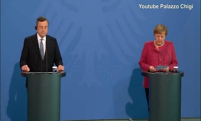 """Merkel: """"Io e Draghi separati dalla fede calcistica"""""""