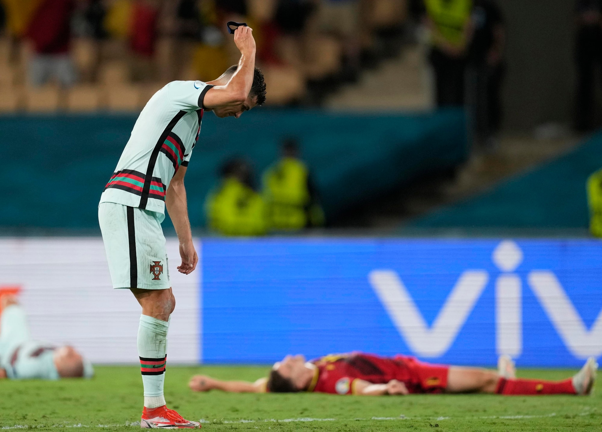 Ronaldo stizzito getta la fascia da capitano a terra dopo Belgio-Portogallo