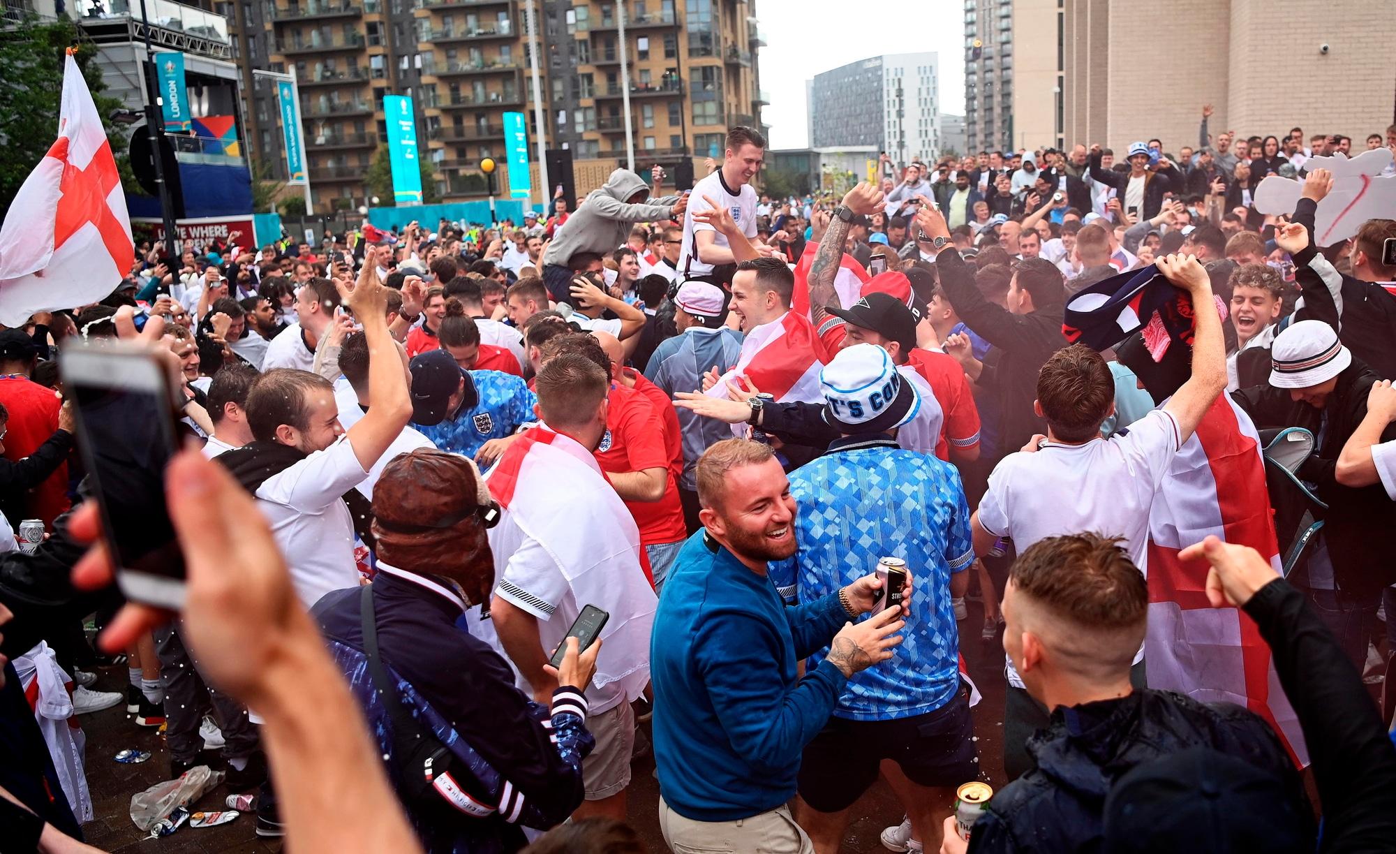 I tifosi inglesi scaldano Inghilterra-Germania fuori Wembley