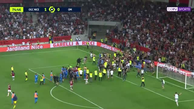 Incredibile a Nizza: rissa con i tifosi in campo e gara sospesa