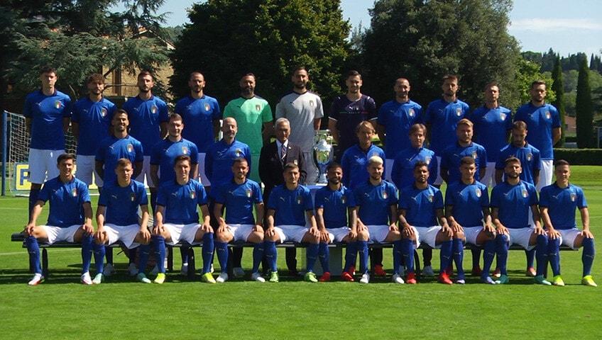 L'Italia di Mancini nella foto ufficiale con la Coppa dell'Europeo