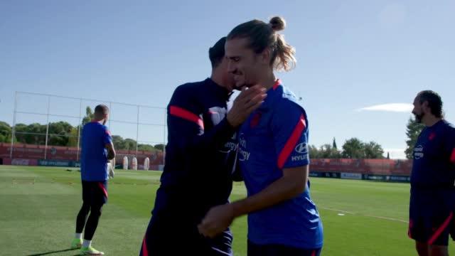 Il ritorno di Griezmann all'Atletico, l'abbraccio dei compagni